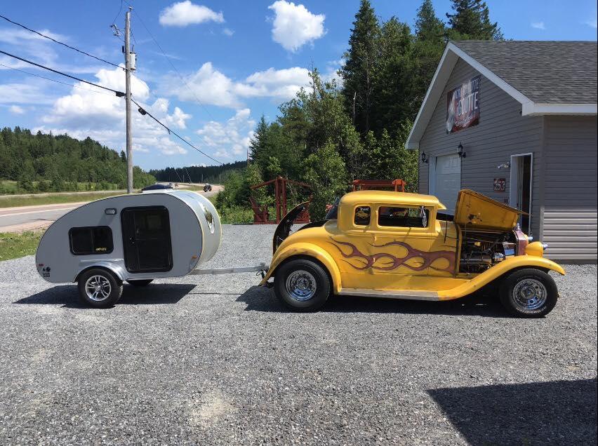 iGoutte et une voiture ancienne
